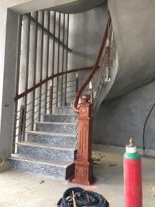 cầu thang inox tay vịn gỗ lim nam phi  -con tiện 2nep inox 304 +2 nẹp gỗ lim trang trí  -4 suốt inox304 .. 12.7-16mm chay xong xong tay vịn   tay vịn gỗ lim nam phi d65 sơn pu  -