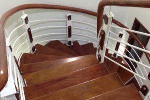 Thi công cầu thang sắt tay vịn gỗ tại Gia Lâm