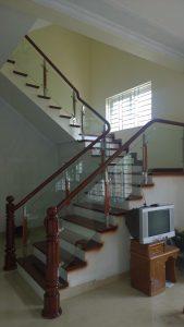Đặc điểm chung cho cầu thang kính tay vịn gỗ